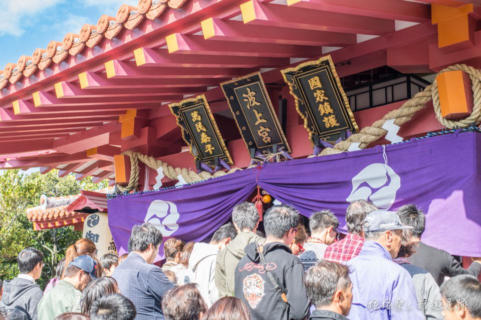 日本沖繩波上宮,海邊懸崖上的迷人神社,跨年時的新年參拜慶典,更有滿滿宛如市集的小吃攤喲