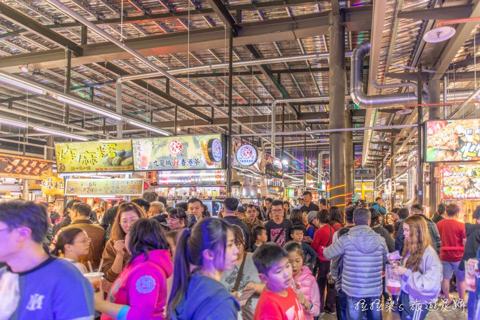 新北新店安和國際觀光夜市,滿滿的美味小吃、遊戲攤位,還有遮雨棚能擋雨,適合大小朋友一起吃喝玩樂