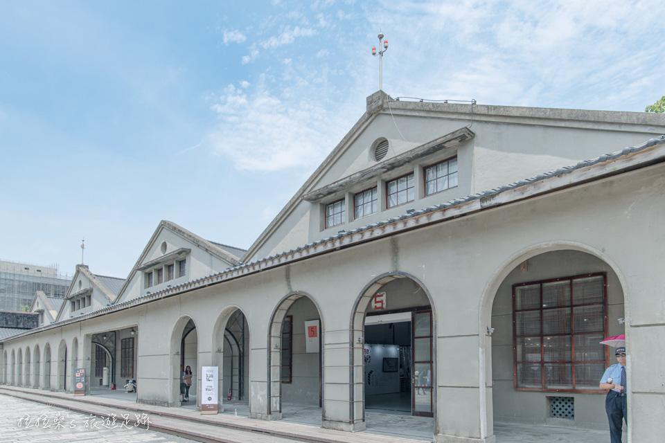 松山文創園區中的1~5號舊倉庫,以木頭為架構的磚塊建築物,還有連續的弧形拱廊也是它的建築特色