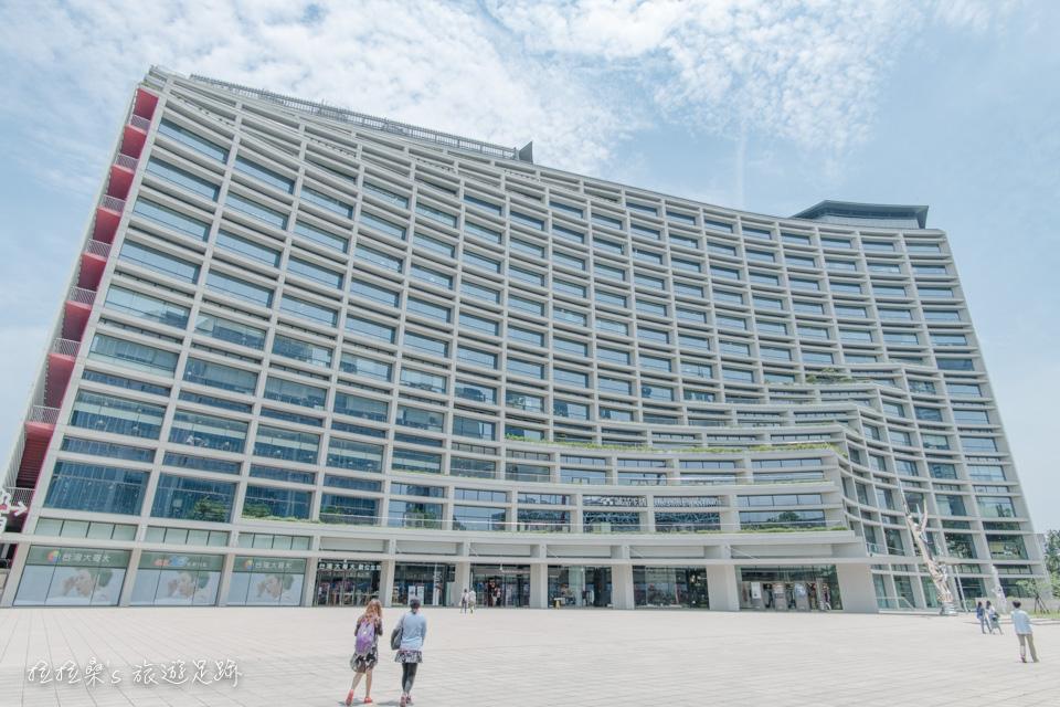 新穎的台北文創大樓,不同於松山文創園區中的舊建築,新舊建築協調的恰到好處