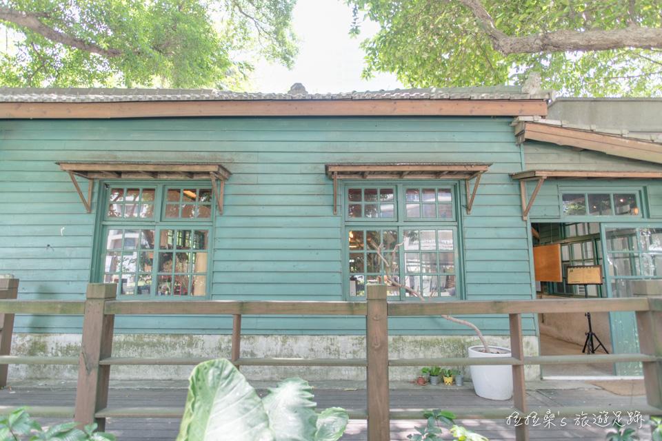 由菸廠育嬰室改造成書店的「閱樂書店」,松菸裡熱門的拍照景點