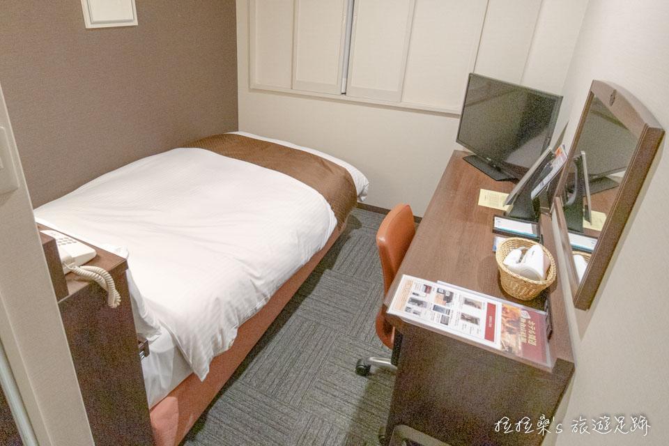 鹿兒島天文館廣場飯店的小型雙人房 - 禁菸(Small Double Non-Smoking),這房型的空間真的不算大,但也只是睡上一晚而已,夠用了