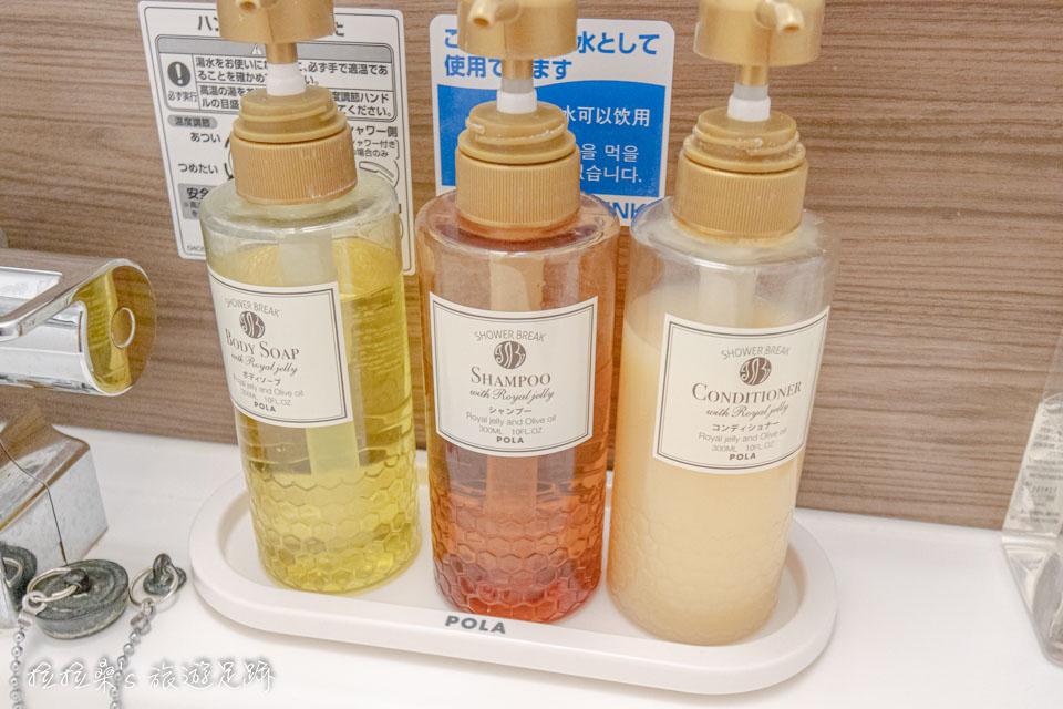 鹿兒島天文館廣場飯店的洗髮、沐浴、潤髮乳、牙刷等等的沐浴備品都放在洗手槽上