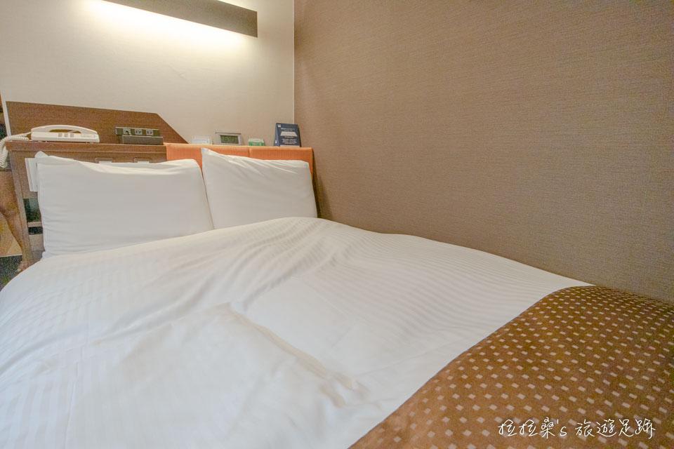 鹿兒島天文館廣場飯店的小型雙人房內的雙人小床,睡兩個人剛剛好