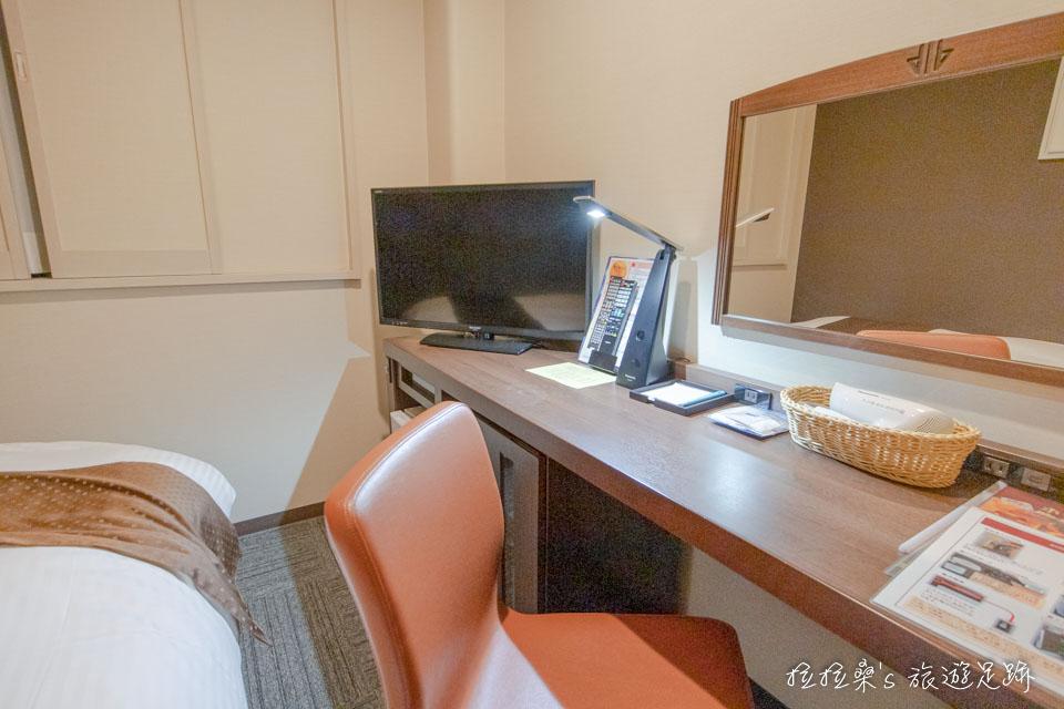 鹿兒島天文館廣場飯店的小型房,房間小雖小,但該有的都有,書桌上有檯燈、電視及吹風機,而冰箱、茶具就在書桌下方