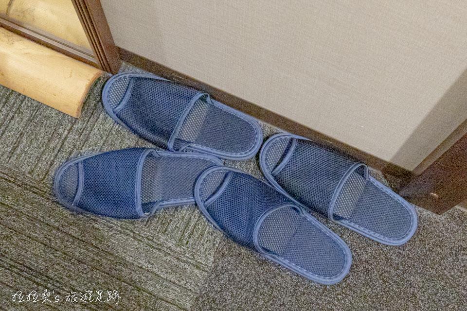 鹿兒島天文館廣場飯店衣櫃裡還放著浴袍跟芳香劑,拖鞋則為簡易的樣式