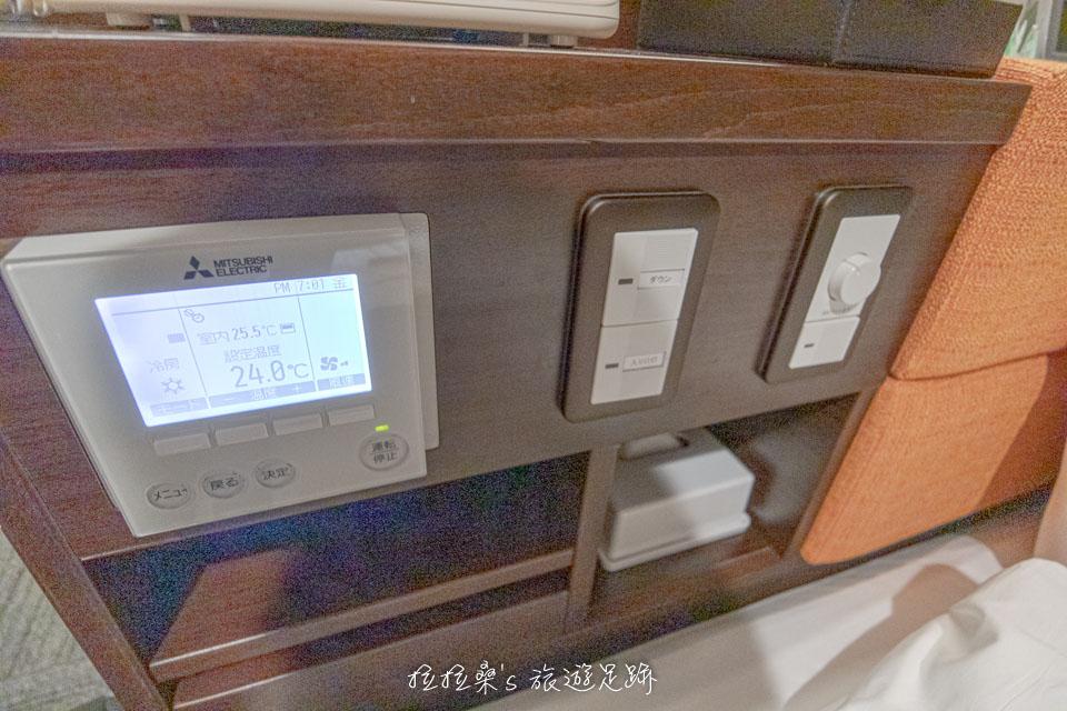 鹿兒島天文館廣場飯店房間內的床頭櫃另一側,則有電燈及空調的開關