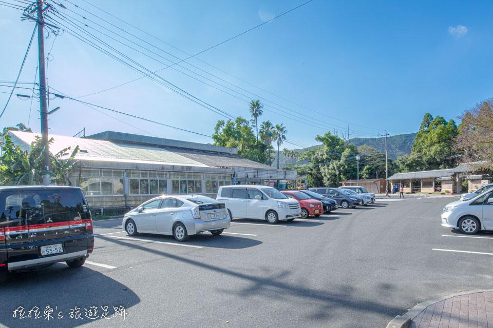 日本鹿兒島唐船峽流水麵,在招牌處就有一片停車場可停車