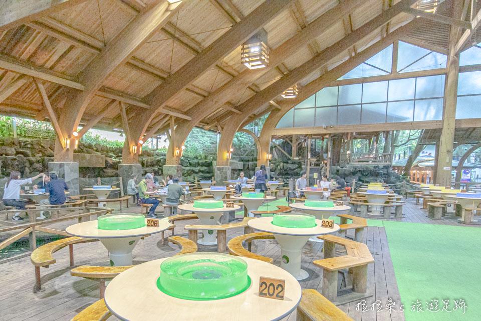 指宿市營唐船峽流水麵廣大的座位區,大多數的座位都採弧形的長椅,很適合一家人或一群旅伴一起用餐