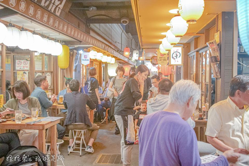 日本鹿兒島屋台村,平日晚上人也很多