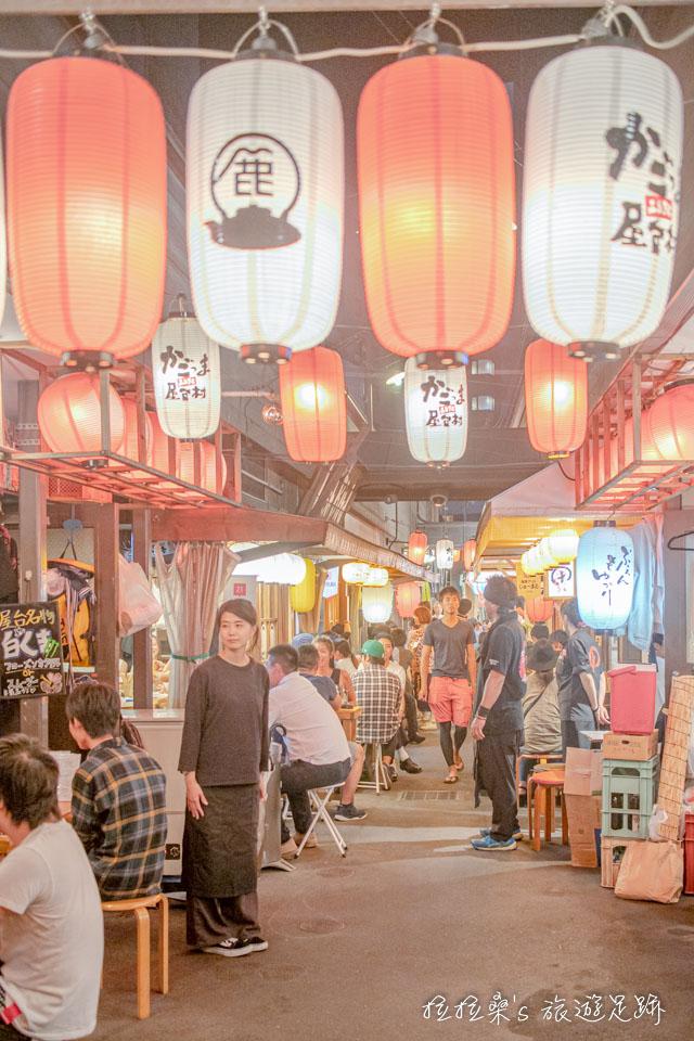 傍晚後再來日本鹿兒島屋台村,盞盞點亮的燈籠,都會讓整座木造的屋台村更有氣氛