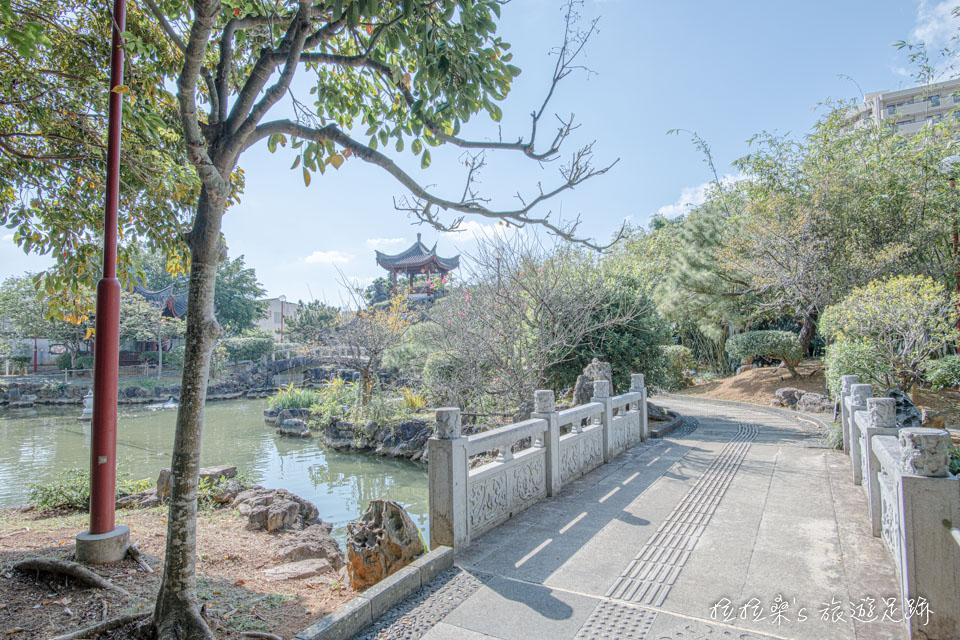 日本沖繩福州園內的山、水、小橋、涼亭,每一樣都帶著濃濃的江南風味