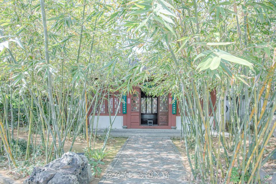松、柏、竹相互交織的沖繩福州園