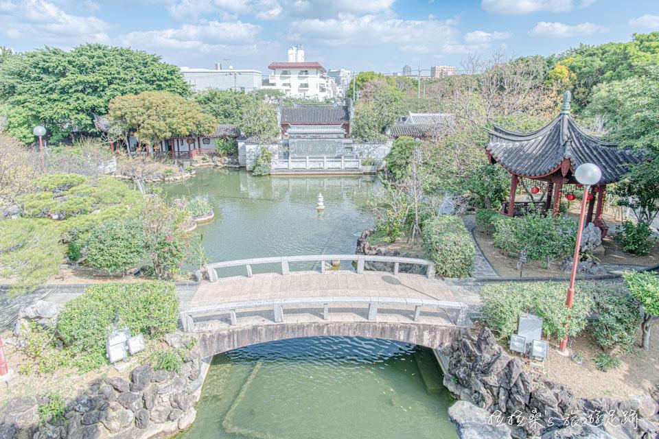 來到日本沖繩福州園,沿著石階走上涼亭,望出去,便能一覽中式庭園的佈局