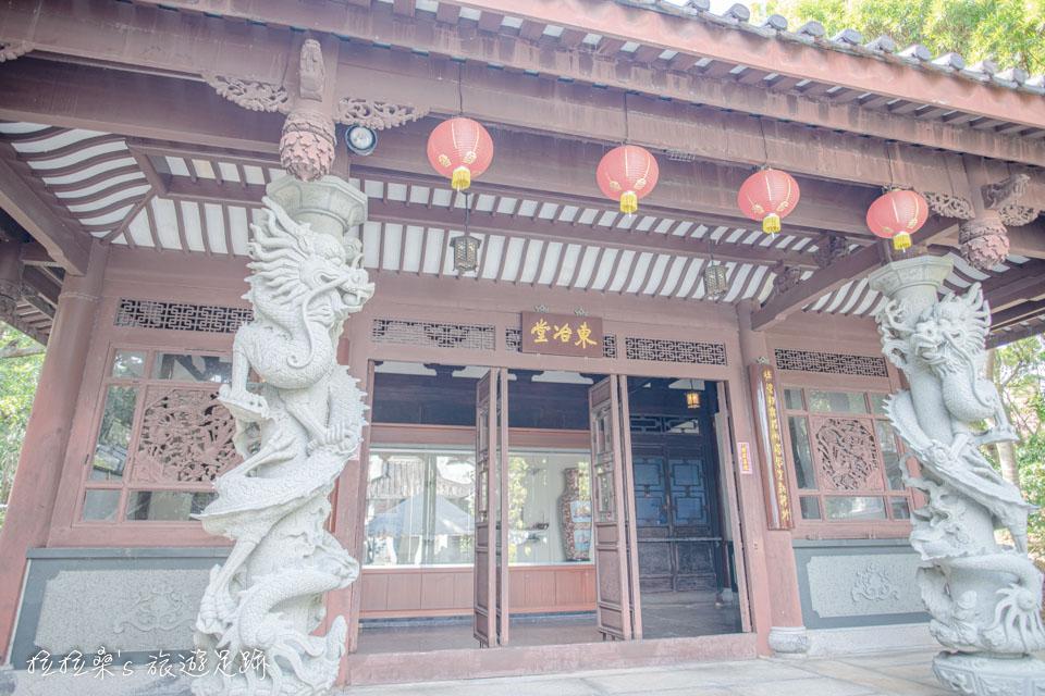日本沖繩福州園中的東治堂,與周圍的樹林、雙塔呼應著