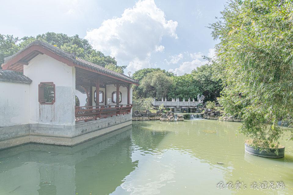日本沖繩福州園的桃花溪、凌波廊、知春亭,與週遭的林、水交融,讓人彷彿走入春天的山水畫般