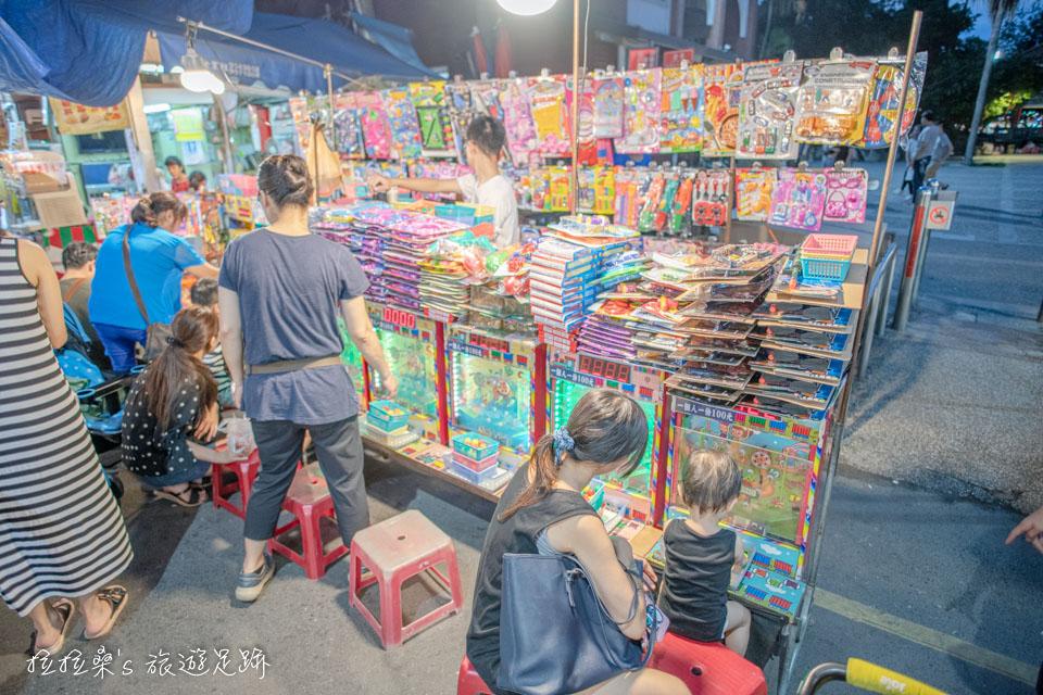 羅東夜市大部分以吃的攤位為主,但也是有一些適合小朋友的遊戲攤位
