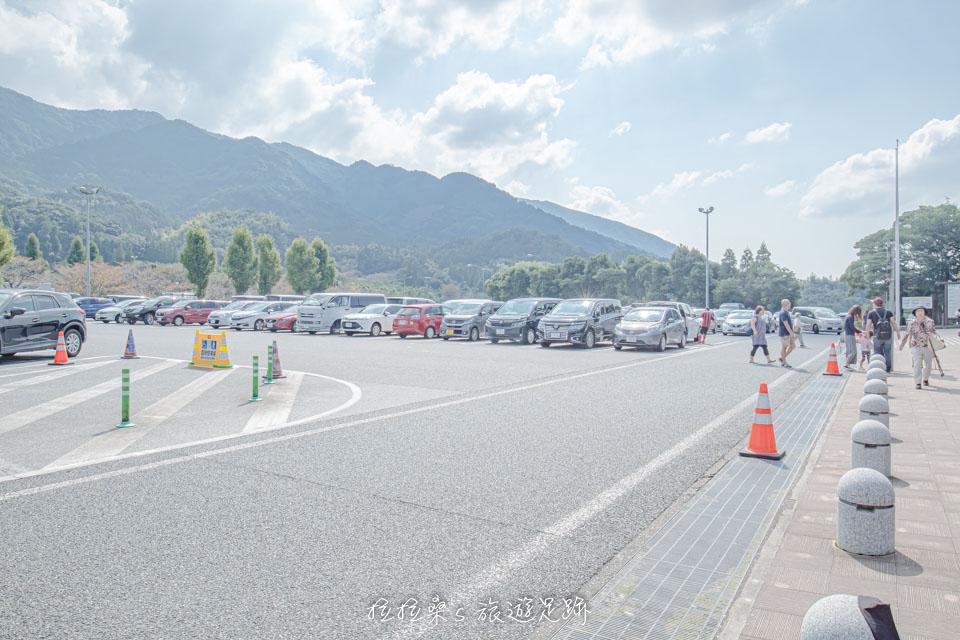 日本九州高速公路宮原SA廣大的停車場