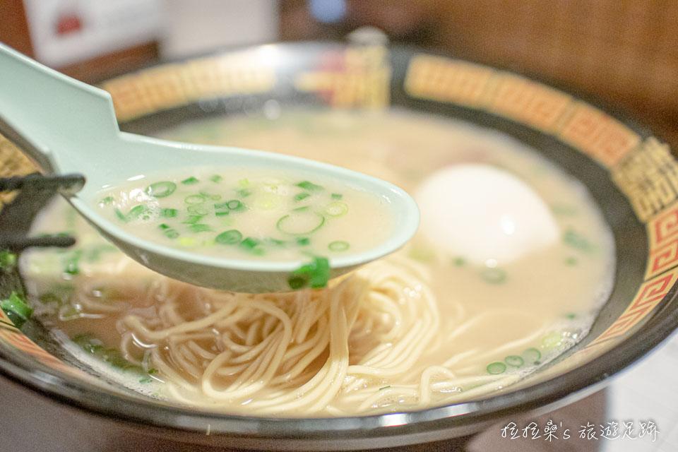 一蘭拉麵的靈魂,湯頭,也是一絕,豚骨湯頭散發著淡淡的蒜香