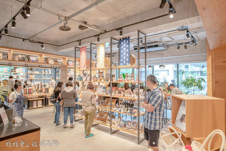 共有兩層樓的蔦屋書店,裡頭除了各類書籍、雜誌外,還有不少設計感十足的文具、雜貨等