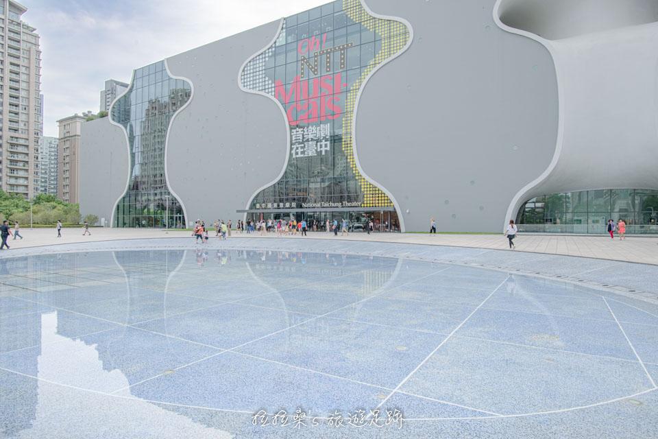 逛完市集,可以慢慢散步到台中國家歌劇院走走