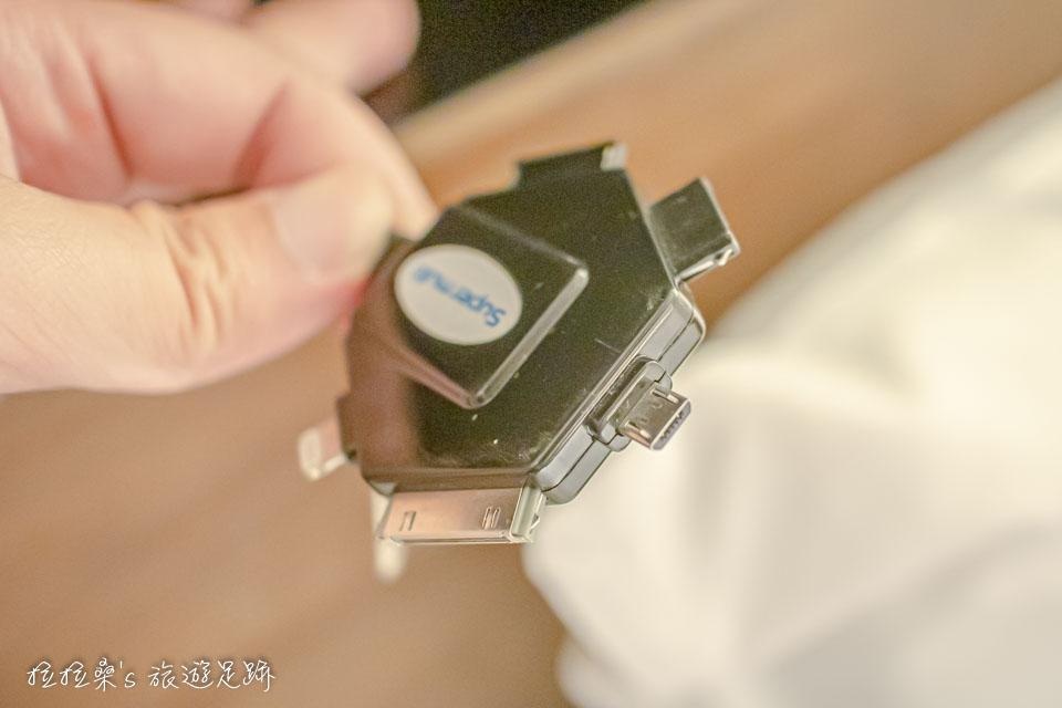 日本鹿兒島天文館之門飯店也附上了手機充電用的萬用插頭