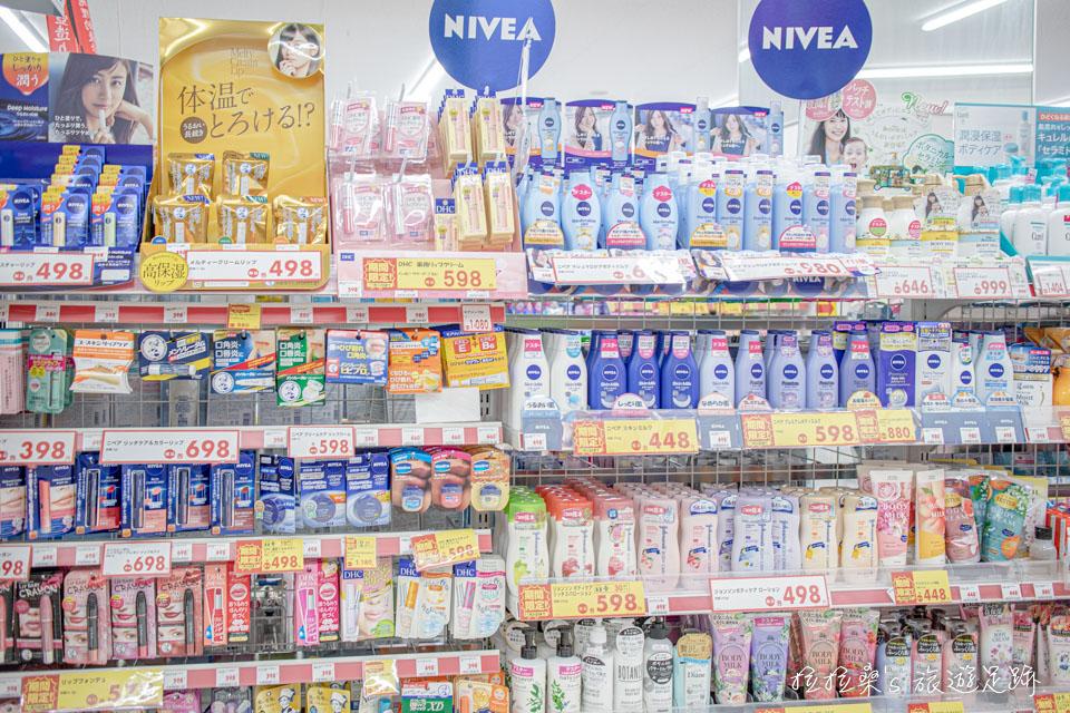 Drug Eleven化妝品區的品項也算是很齊全,各類彩妝、唇膏、洗面乳等樣樣都有,不過品牌可能就沒有唐吉訶德那麼多