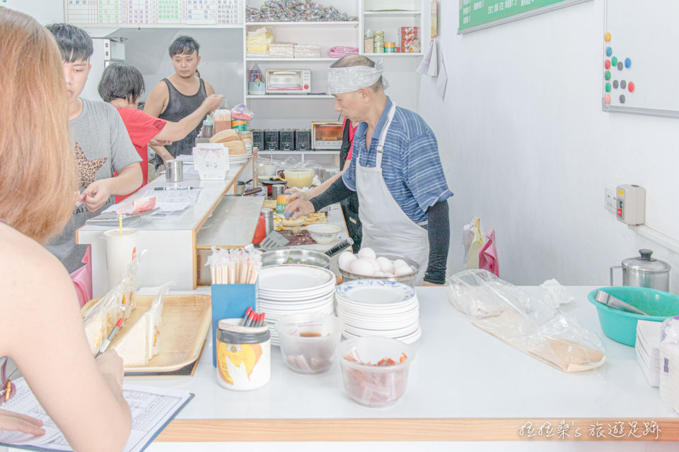 台東中華早點,即使是平日的早餐時段,還是有著絡繹不絕的人潮呢