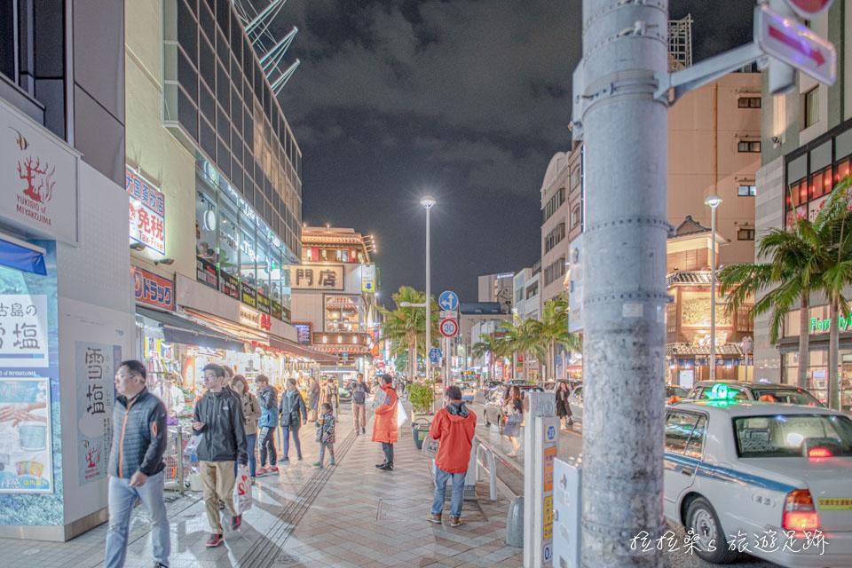 日本沖繩國際通,旅人必逛的熱鬧街區,滿街伴手禮、美食、藥妝超好買