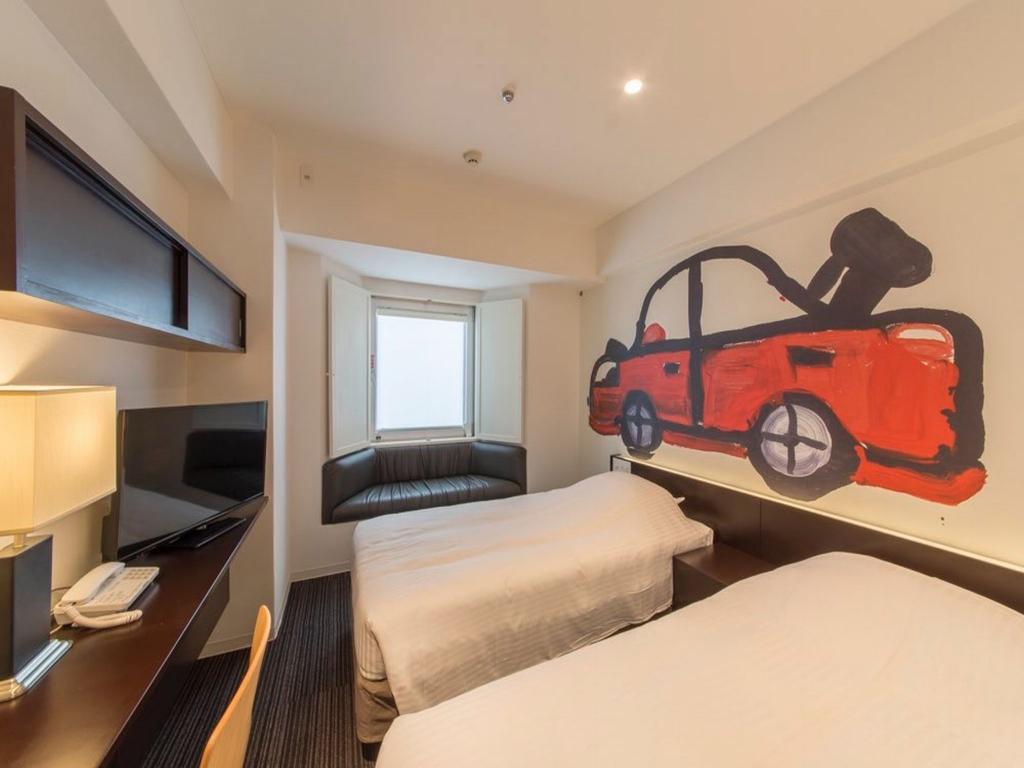 日本沖繩國際通住宿推薦,有兒童遊戲室、房間可愛彩繪的WBF ART STAY 那霸飯店