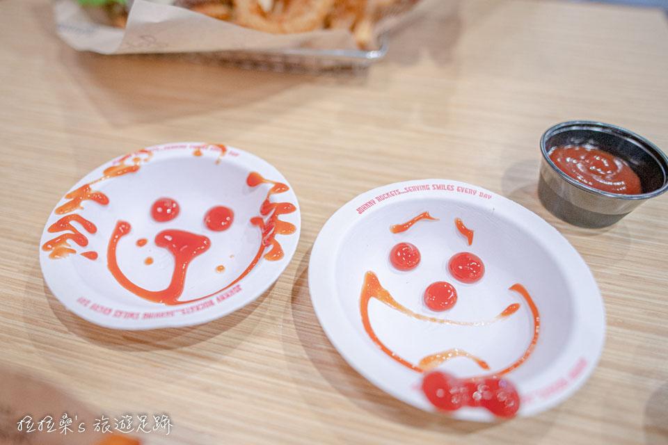 美式連鎖餐廳Johnny Rockets,服務生還會用番茄醬畫出可愛逗趣的圖案呢!