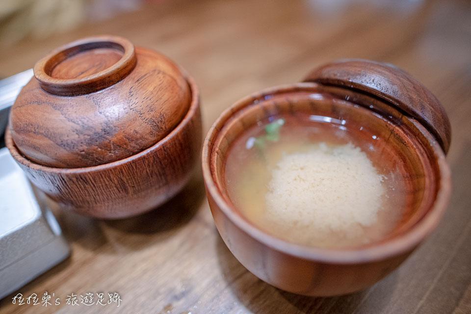 晴木千層豬排套餐的味增湯,喝起來口味還挺不錯的,也能免費續