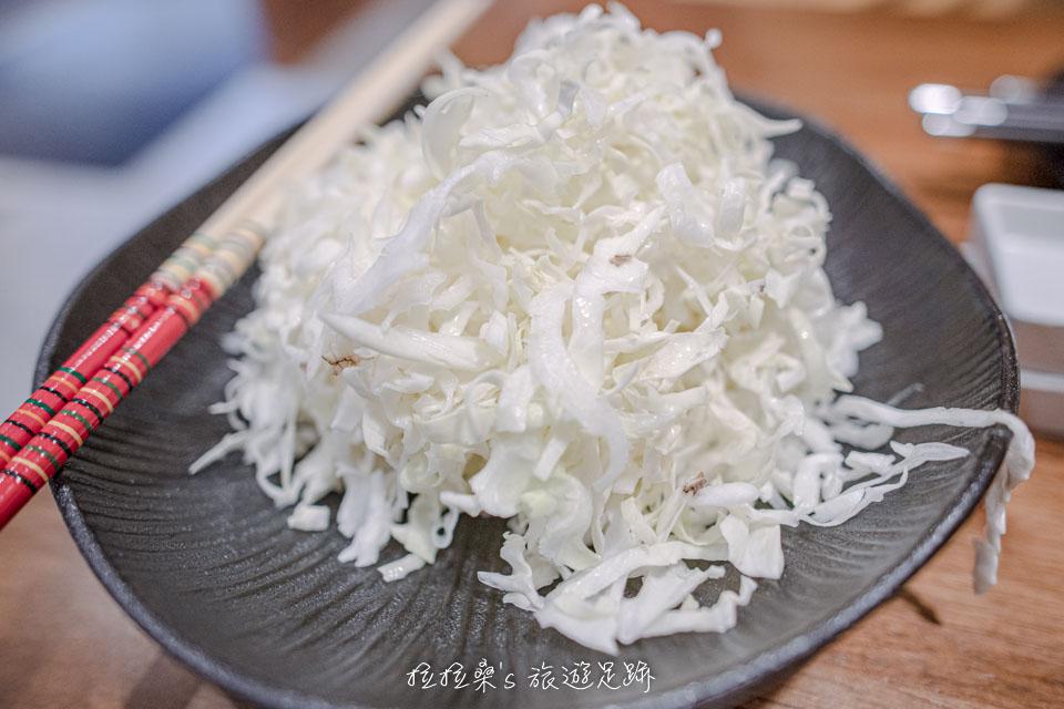 晴木千層豬排套餐的前菜,味增湯、小菜、熱茶及一盤高麗菜絲