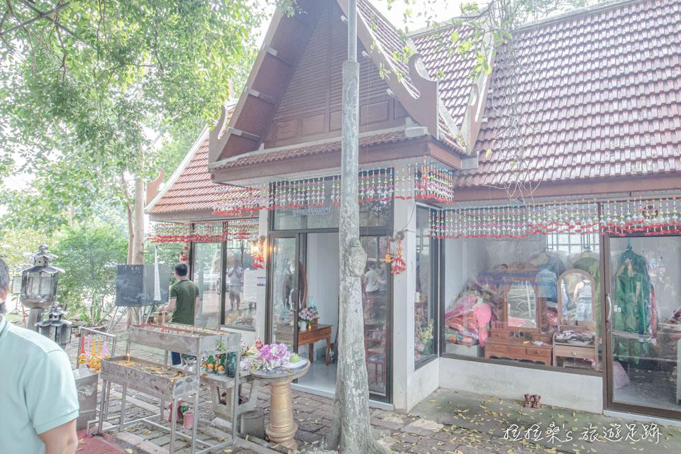 曼谷樹中廟旁的娜娜廟,據說姻緣、求子十分靈驗
