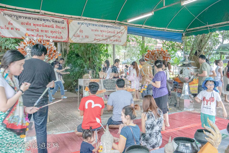 要在曼谷的樹中廟參拜,首先要注意的就是服裝儀容,需脫鞋、脱帽,且不能穿著短裙