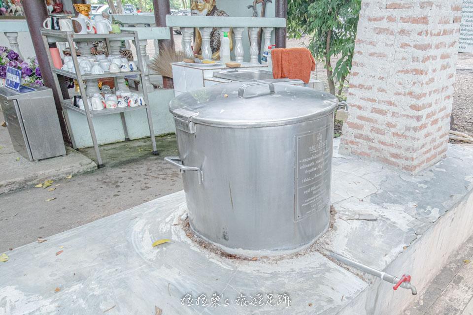 泰國曼谷樹中廟旁,也有能保佑身體健康的藥王廟,有提供青草茶、杯子讓大家免費飲用