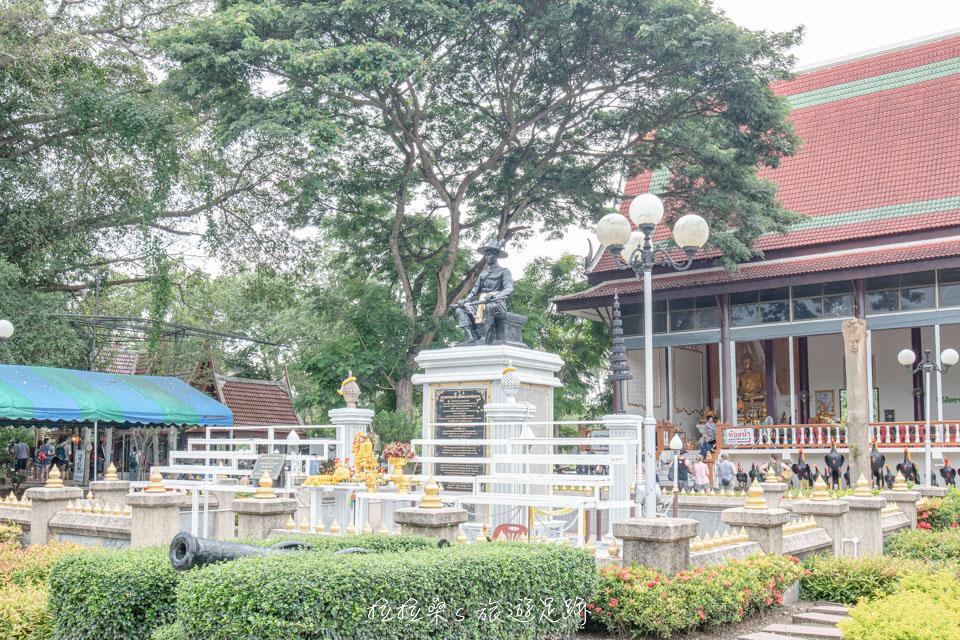 樹中廟一旁的廣場,佇立著一座君王銅像