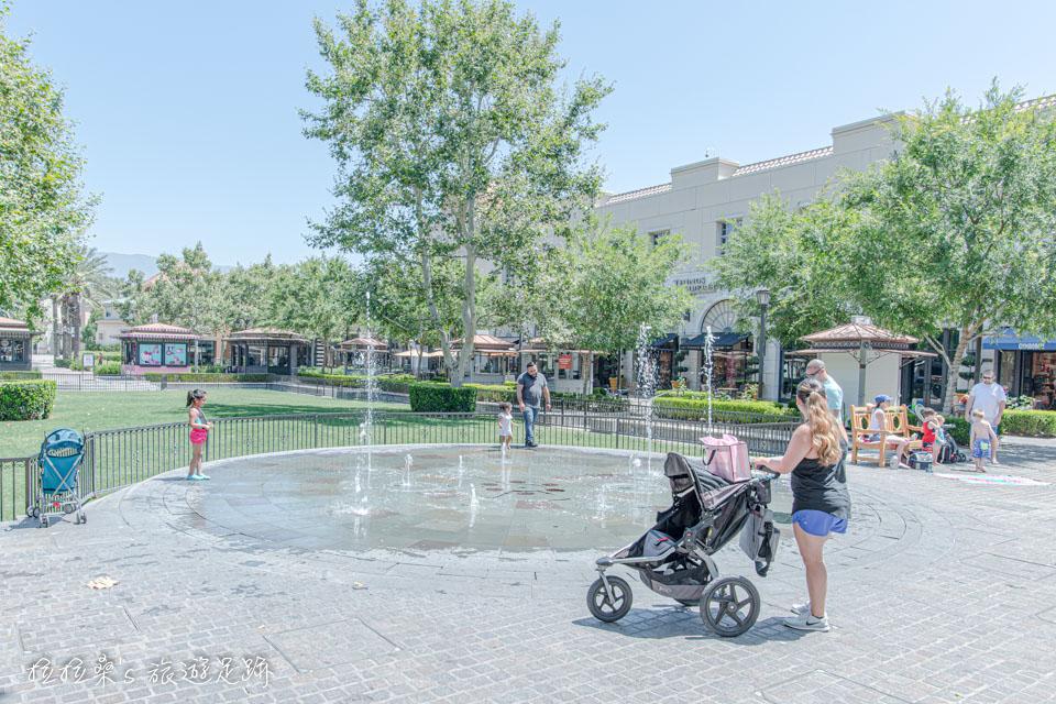 不少美國人也都帶著小孩來Victoria Gardens玩玩水