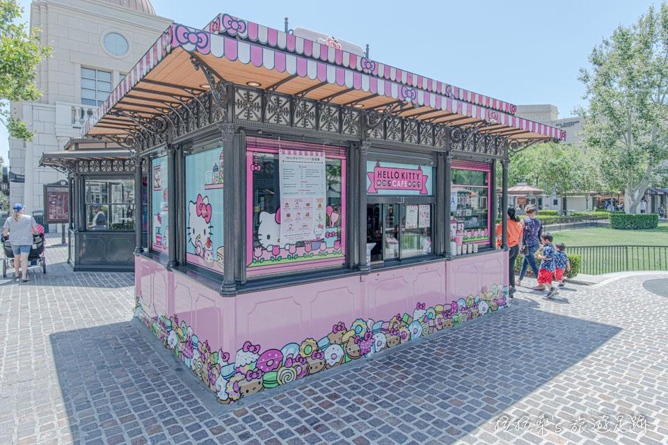 加州Victoria Gardens購物中心廣場旁的Hello Kitty Cafe