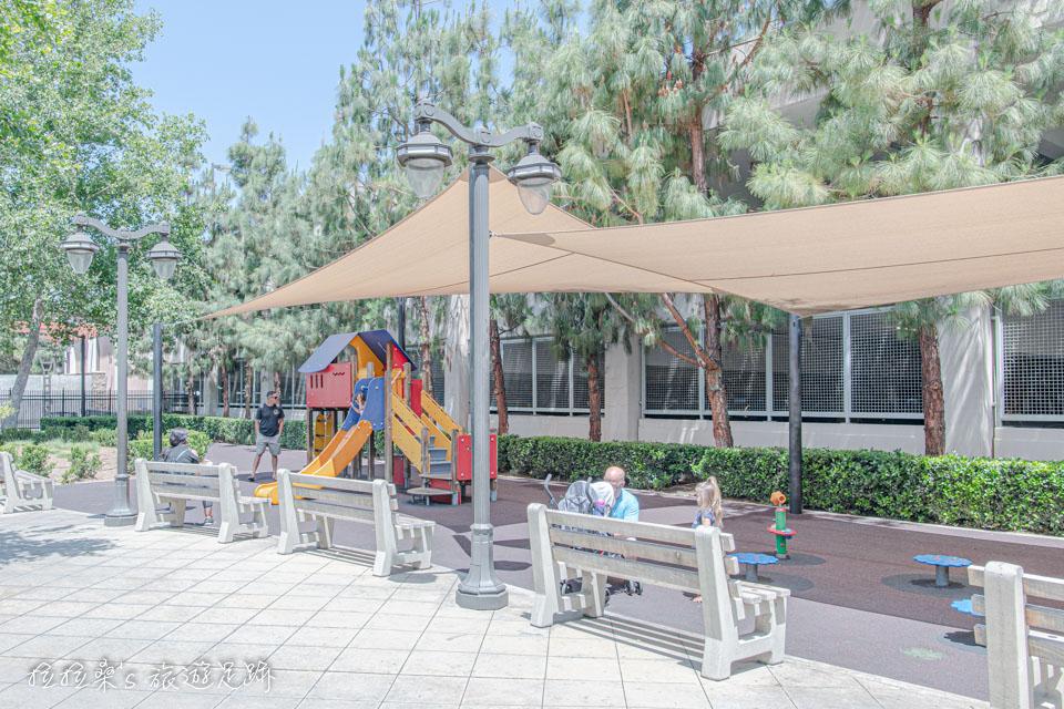 加州Victoria Gardens還有一小處兒童遊樂設施,上頭還貼心地搭著能遮陽的帆布