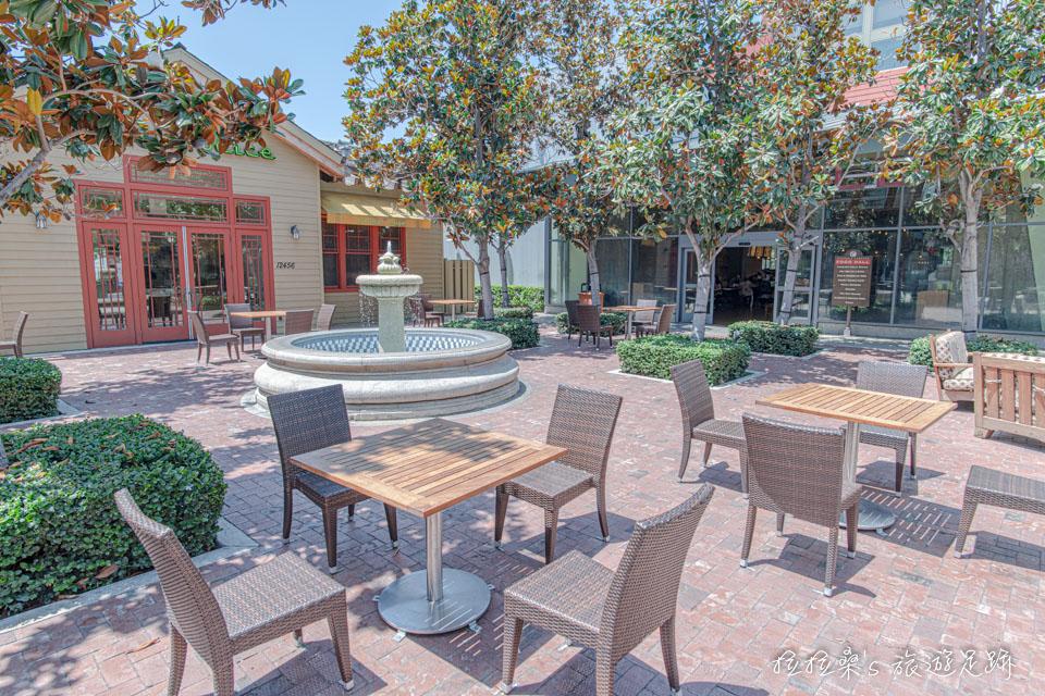 加州Victoria Gardens美食廣場前的露天坐位,倒是蠻有氣氛的,很適合拍拍照