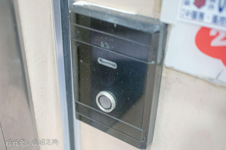 台中逢甲美宿館的電梯有樓層管制,要用鑰匙上的磁扣來感應,只能前往自己房間的樓層