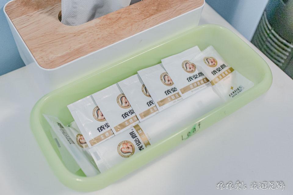 台中逢甲美宿館的小冰箱上頭就放著盥洗備品、衛生紙盒,每個角落都利用的很有效率