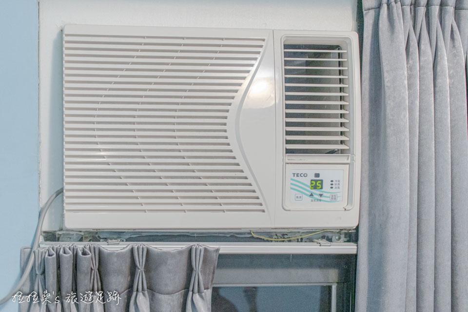 台中逢甲美宿館的冷氣雖然是舊式的窗型冷氣,但因為房間不大,溫度降得也蠻快的