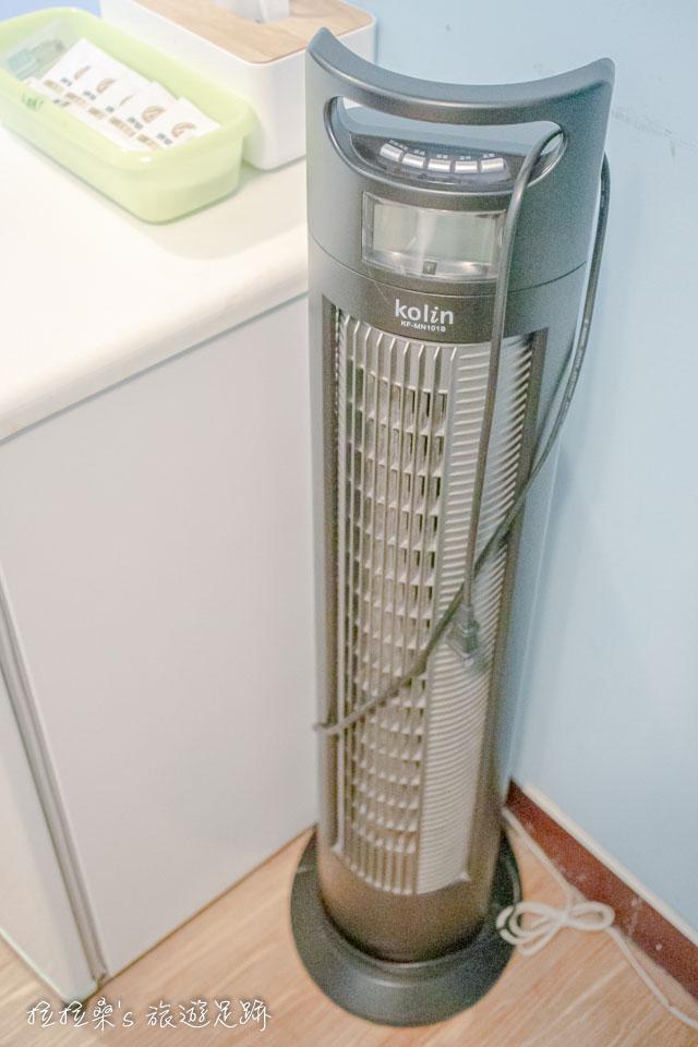 假如還覺得不夠冷的話,可以搭配逢甲美宿館的直立式電風扇一起吹