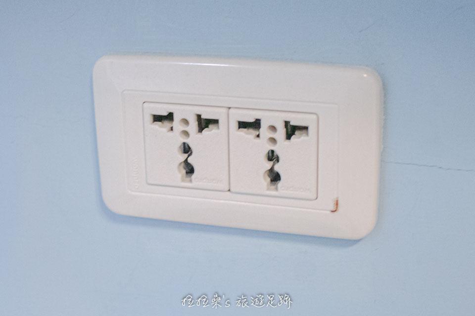 台中逢甲美宿館的插座都是萬用插座,方便國外的旅人使用