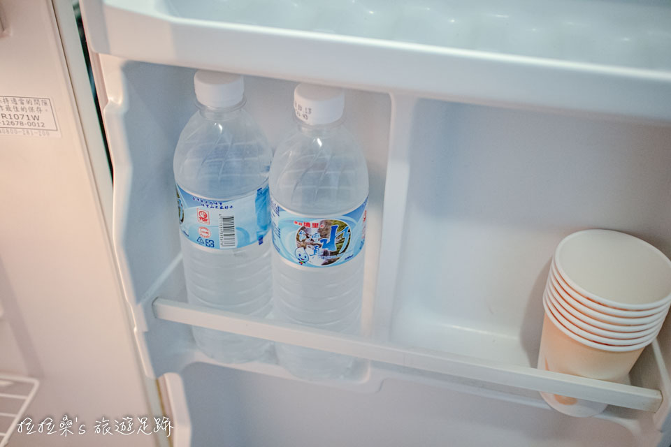 台中逢甲美宿館的冰箱裡有替旅人們準備好的冰水及紙杯