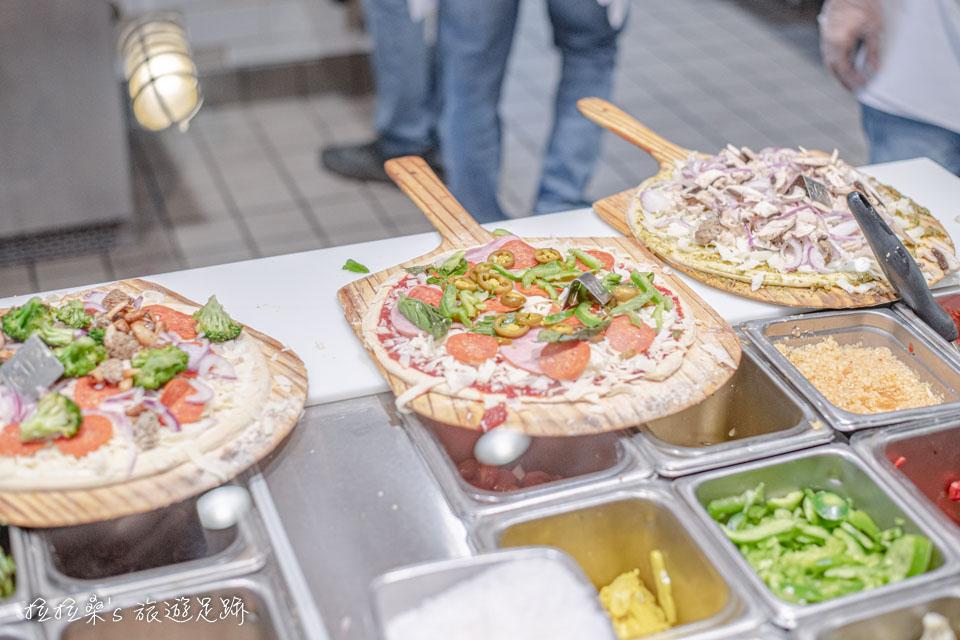 Blaze Pizza有很多能自己選的配料,要加多少就加多少