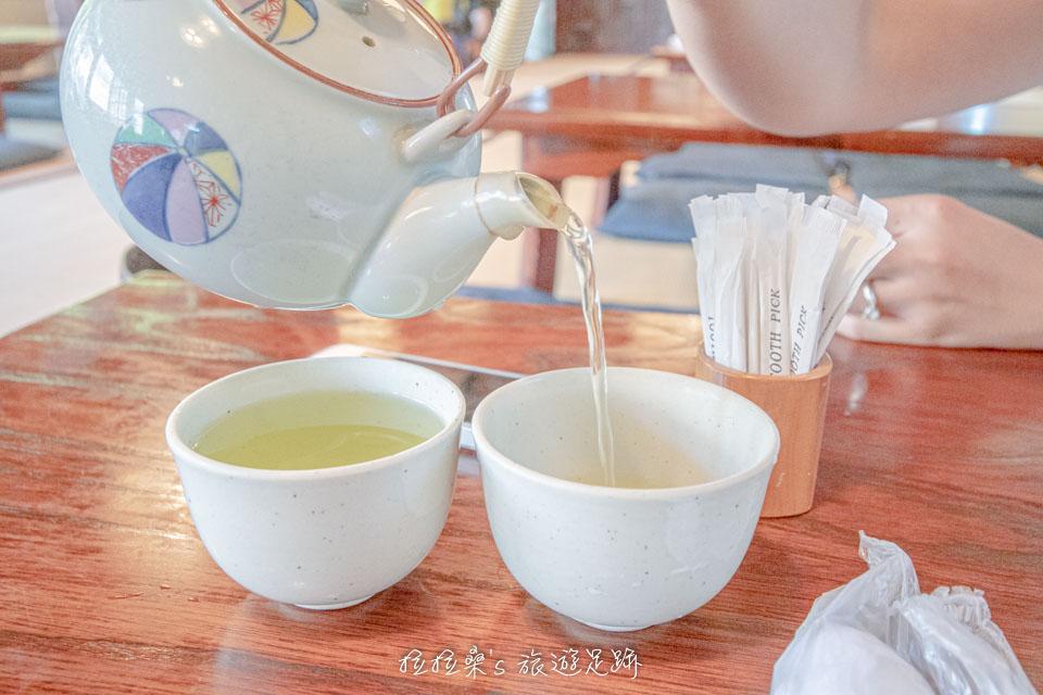 由於本吉屋的蒸籠鰻魚飯,都是現點現烤現蒸,就先喝口茶,潤潤喉嚨吧~