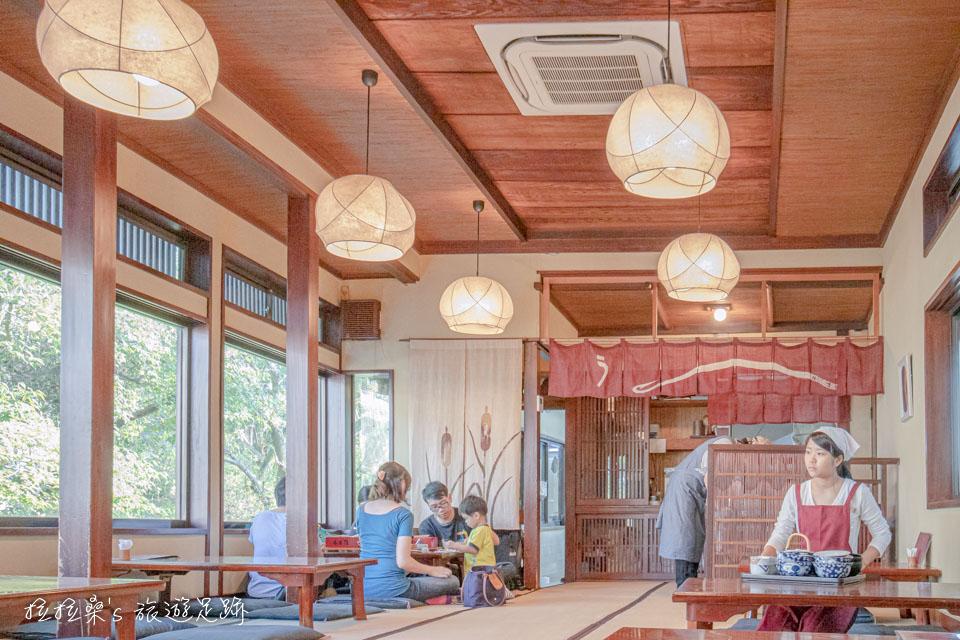 日本柳川元祖本吉屋沖端支店是以和式塌塌米做為用餐的環境